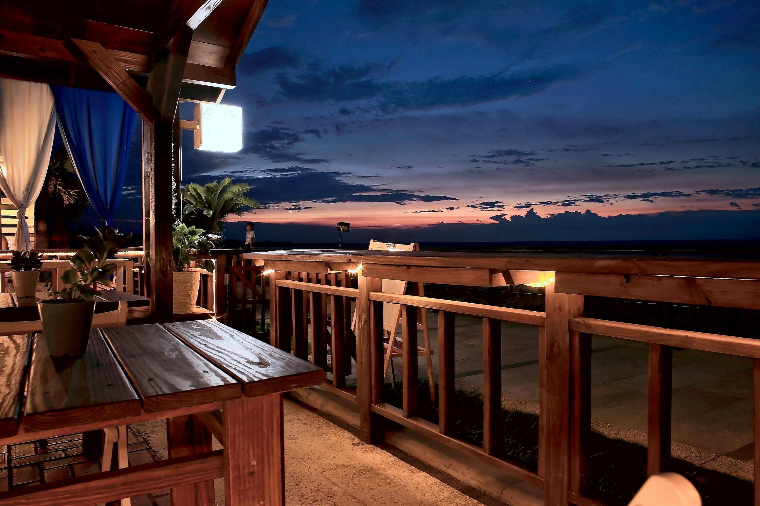 Terraza iluminada con atardecer