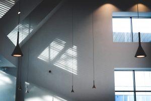 Techos altos y ventanales grandes de estilo industrial