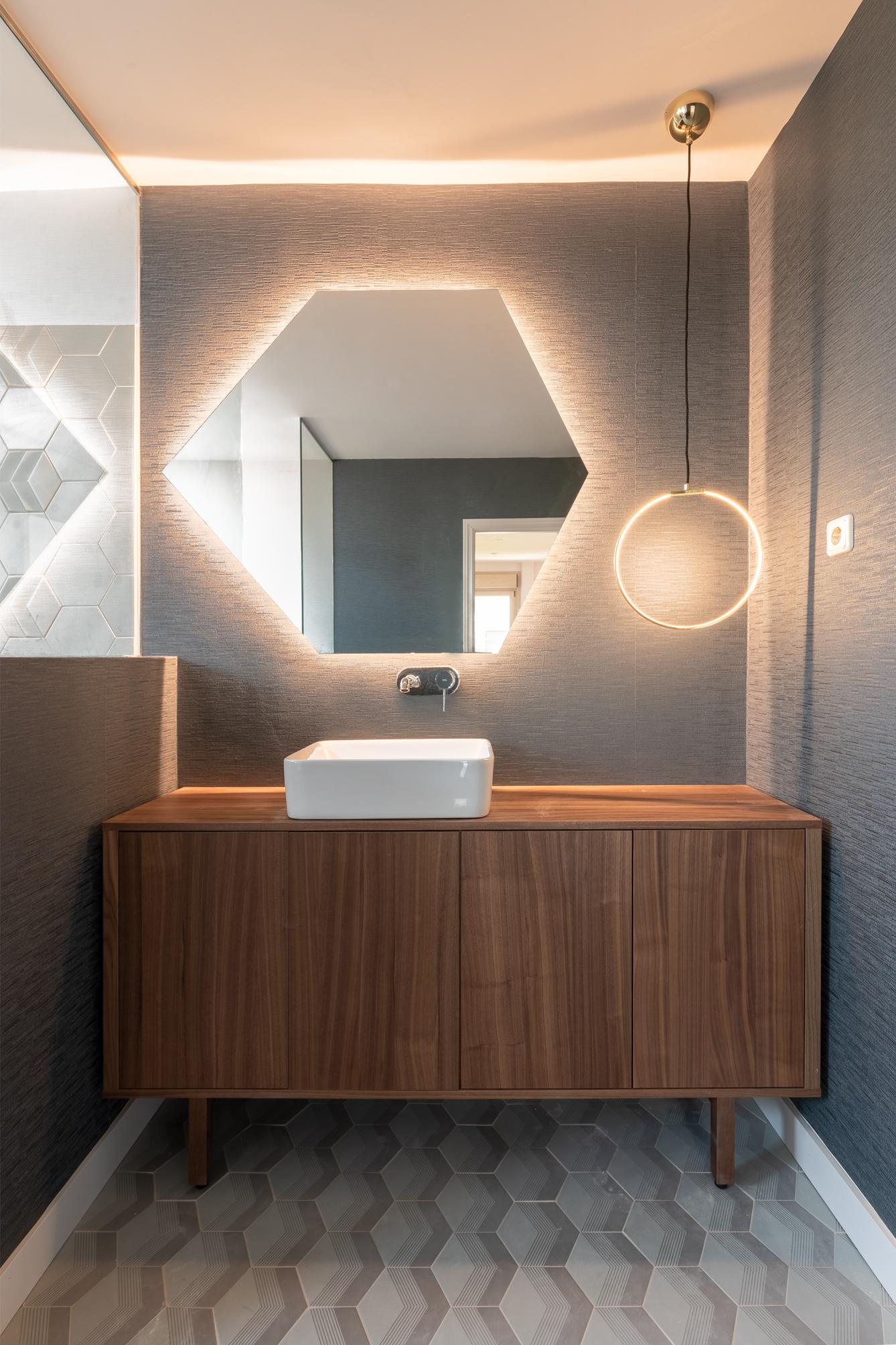 Reforma de baño | Espejos geométricos y luces led