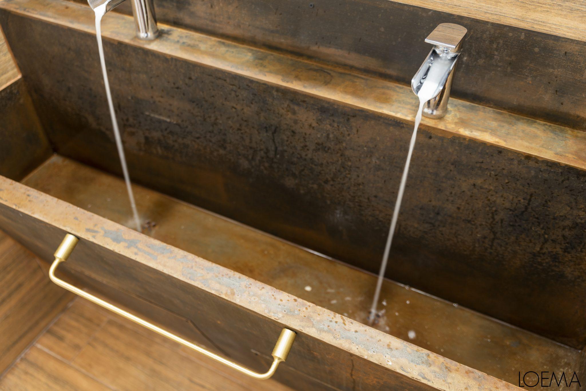 Reforma de baño | Mueble a medida con toques dorados plateados y hierro