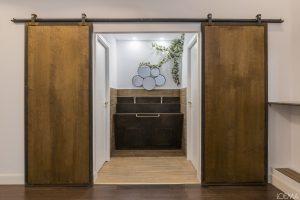 Puertas correderas de madera y hierro de estilo industrial