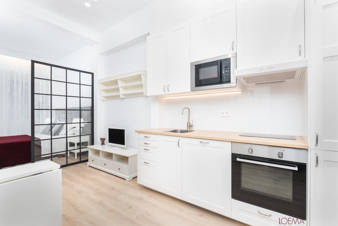 Cocina y salon de local convertido en vivienda en barrio Fuentes del Berro