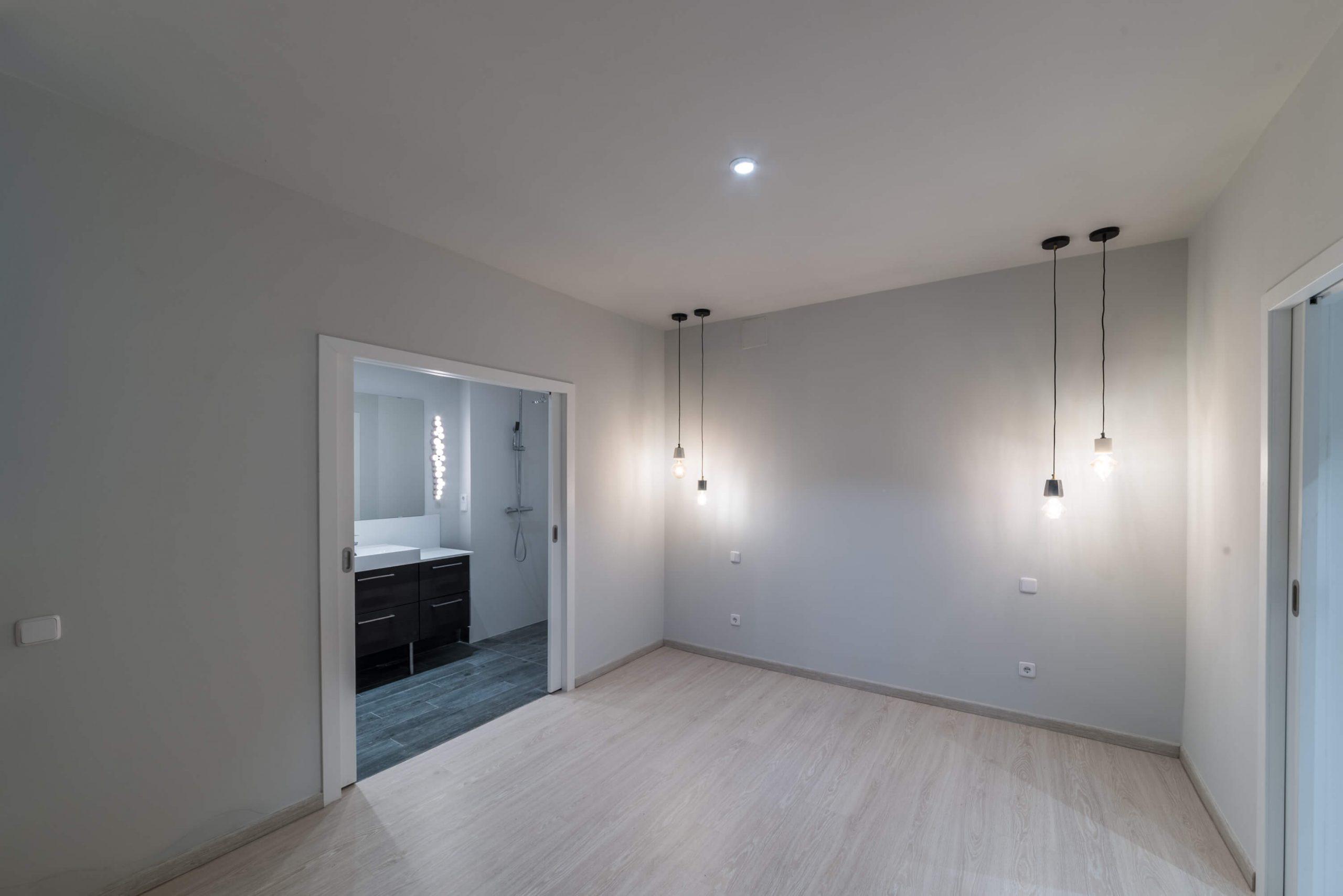 habitacion y bano tras reforma de local convertido en vivienda