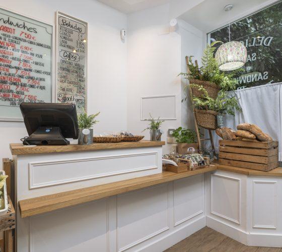 Barra fabricada a medida de reforma integral Take Away restaurante Donde Monica