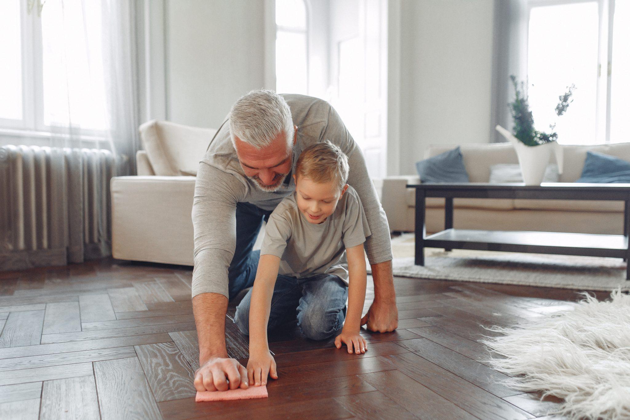 Implica a los que viven contigo para limpiar la casa