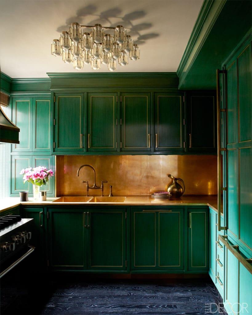 cocina moderna con detalles dorados